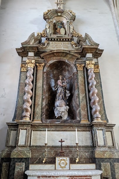 In the north transept there is a large baroque side altar in marbled wood. It is decorated with a 17th-century statue of 'Onze-Lieve-Vrouw van Vrede en Zoet Akkoord' by Artus Quellinus de Jonghe.