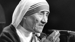 Pope Francis has approved a miracle attributed to the intercession of Blessed Teresa of Kolkata, paving the way for her canonization in 2016. Mother Teresa is pictured holding a rosary while speaking in this undated photo. (CNS) See MOTHER-TERESA-SAINTHOOD-CAUSES Dec. 18, 2015.