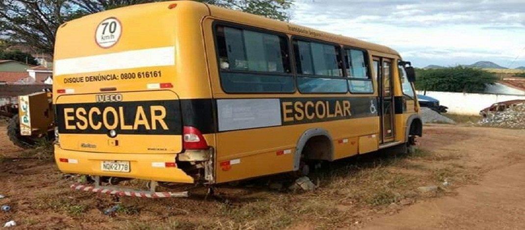 Universitários arriscam vidas às margens de rodovia pedindo carona por falta de transporte em Jérico/PB
