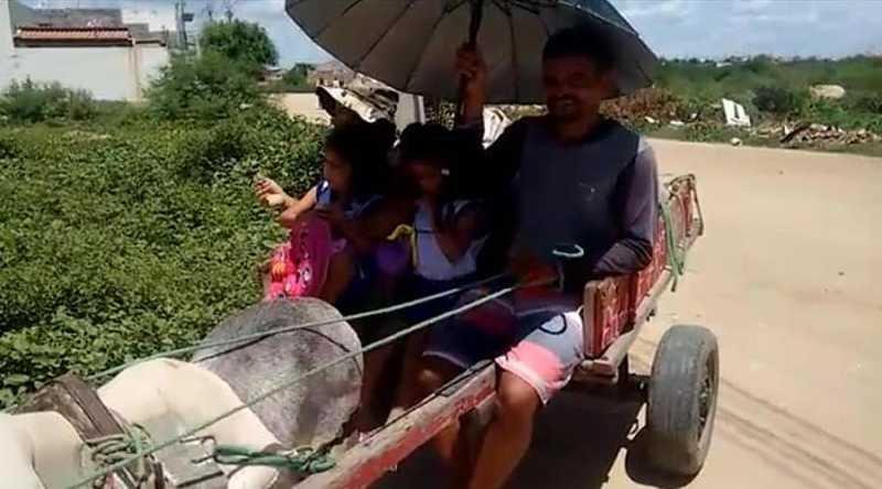 criancas vao para escola em cidade do sertao em carroca de burro por falta de transporte escolar video