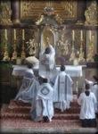 Pedimos sus oraciones por un valiente sacerdote.