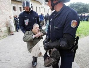 """Pagará 10.000 euros por haber dado un par de zapatitos y una medalla a una mujer que estaba por abortar, el Dr. Dor anuncia que seguirá adelante """"con la gracia de Dios"""""""