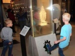 Estonia: ya no puede dar patadas a la imagen de la Santísima Virgen María