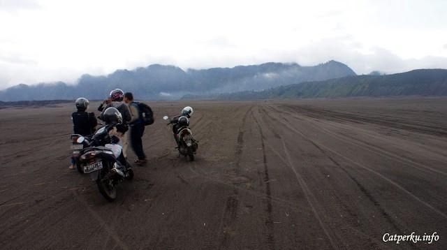 Padang pasir bromo memang selalu menggoda untuk dijelajahi!
