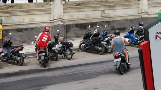 Bule di Bali banyak yang suka menggunakan sepeda motor matic :D
