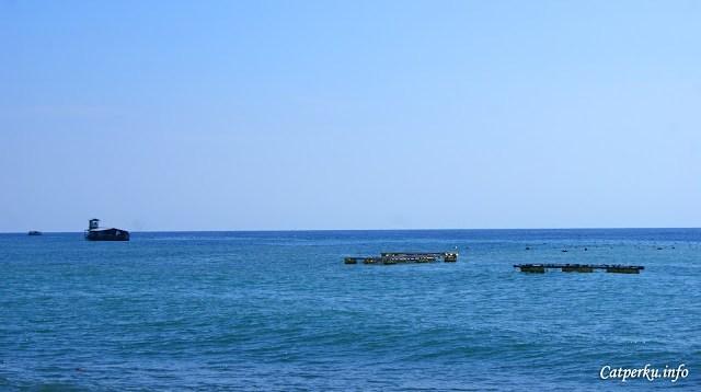 Ada rumah di tengah laut? :O Saya enggak tahu itu apa, sepertinya untuk membudidayakan sesuatu :)
