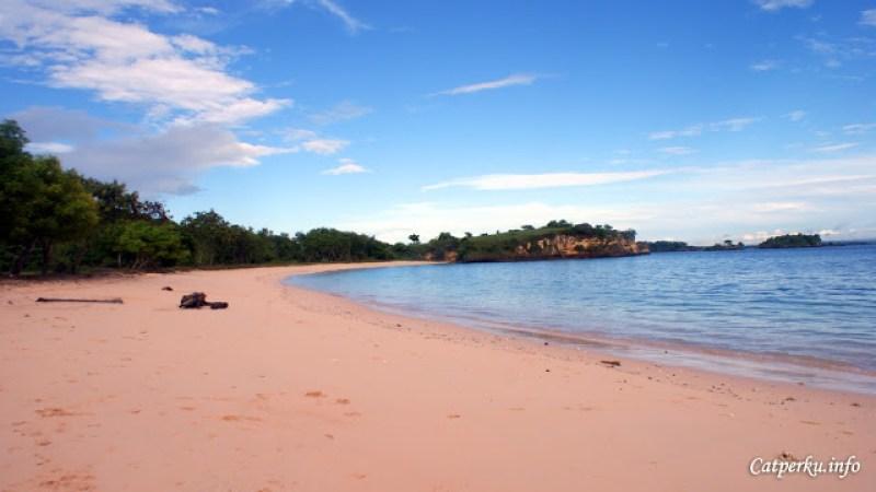 Warna pasir pantainya pink bukan? *ini bukan editan ya*