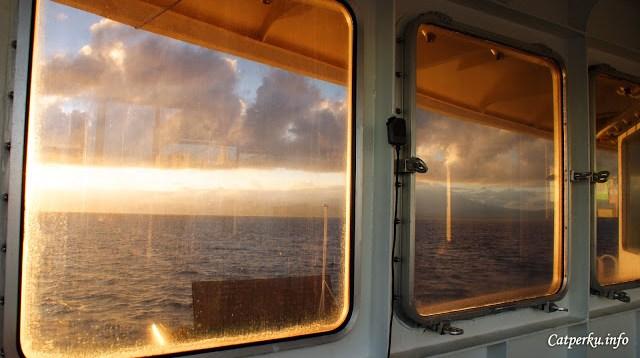 Menikmati senja di tempat yang tidak biasa kadang menarik juga loh. Seperti dari balik jendela kapal ferry misalnya :)