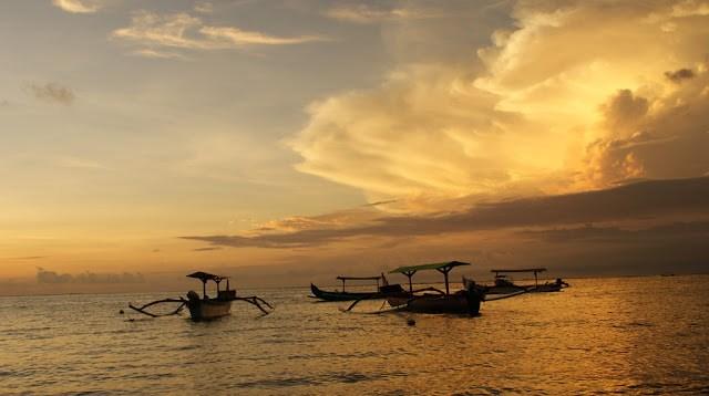 Kalau di Pantai Kuta, saya tidak akan mungkin mendapatkan pemandangan seperti ini. Memangnya di pantai kuta ada perahu nelayan yang sedang berlabuh seperti ini?