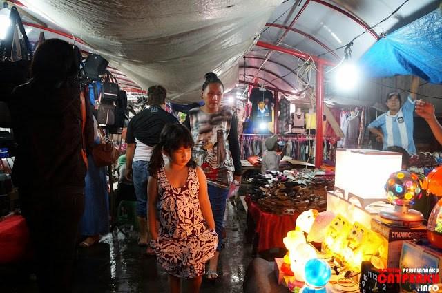 Sementar ada salah satu sudut kota tua yang dipenuhi dengan para penjual, yang mengais rejeki dari para pengunjung.