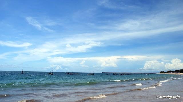 Pantai Jimbaran Bali ini termasuk salah satu pantai tempat nelayan berlabuh di Bali.