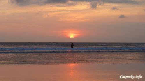 Senja... kenapa kau begitu menawan dalam kesendirian. Kesendirian bagi para penikmat senja, bukan berarti sepi yang kesepian.