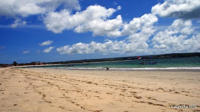 Berkunjung ke Pantai Jimbaran Bali ketika siang hari juga seru. Tapi jangan lupa untuk menggunakan sunblock ya.