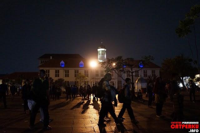 Hampir semua pengunjung kota tua Jakarta terpusat di area terbuka yang berada di depan museum Fatahillah.