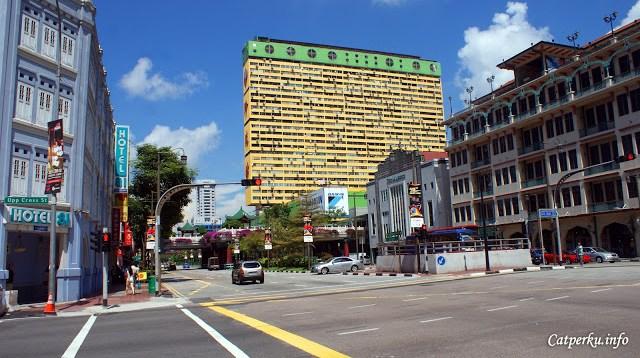 Hotel di pojokan jalan, dan apartemen bertingkat yang pasti banyak ditinggali orang :D