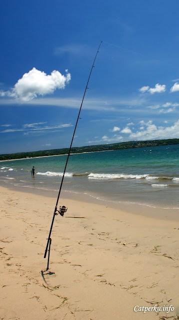 Kadang ada juga orang yang memancing di Pantai Jimbaran Bali ini.