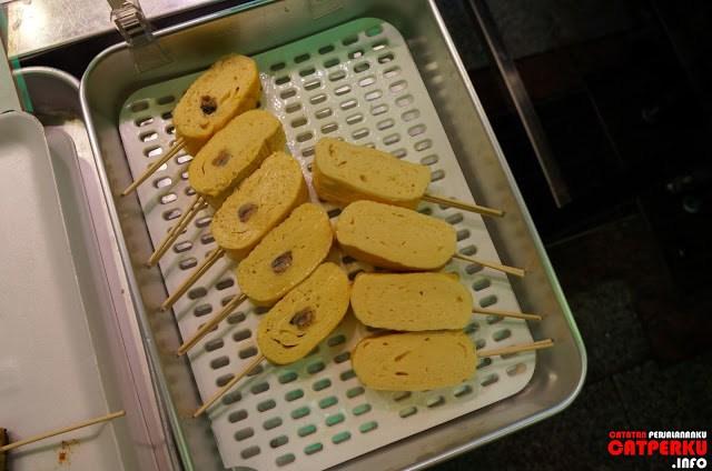 Akhirnya nemu lagi yang bisa dimakan langsung, tamago! Ya telur dadar yang digulung lalu ditusuk gitu~~ bikin sendiri juga bisaaa~