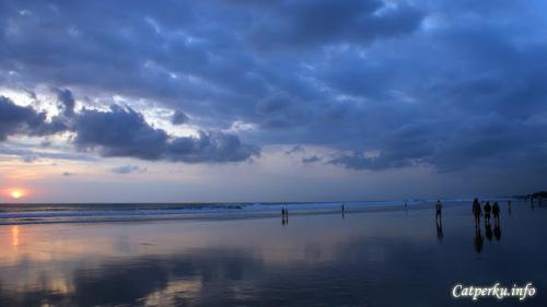 Menikmati senja di tepi pantai memang selalu menjadi daya tarik tersendiri ketika traveling atau berlibur. Tidak peduli itu backpacker, traveler atau turis yang ingin bersenang - senang.