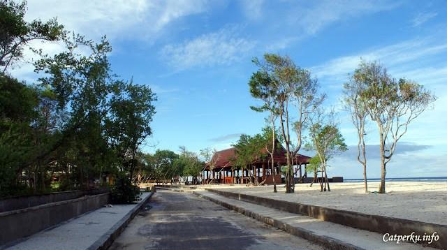 Sebagian jalan yang ada di pulau ini sebagian berupa aspal keras, dan kebanyakan berupa pasir pantai.