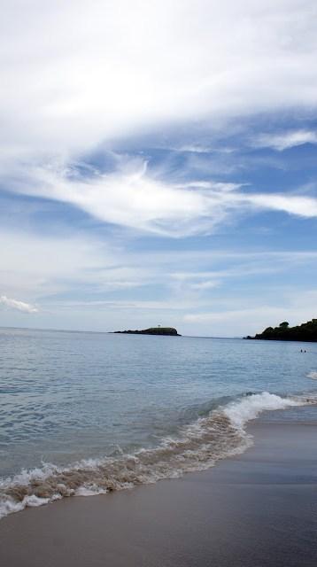 Ombak di pantai White Sand Beach Bali ini tidak terlalu besar, kecuali ketika Pulau Bali sedang berada di musim angin. Kalau mau renang dengan nyaman sih coba datang kesini ketika musim kemarau :)