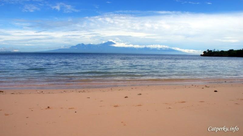 Lautnya tenang, jadi berenang akan sangat menyenangkan disini.