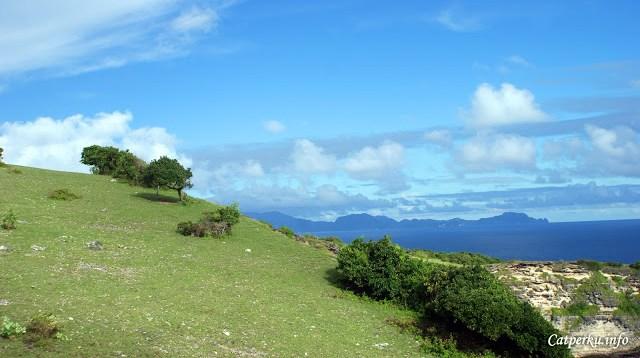 Banyak orang lokal menuju ke balik bukit ini. Katanya sih tempat memancing di Lombok timur ada disitu.