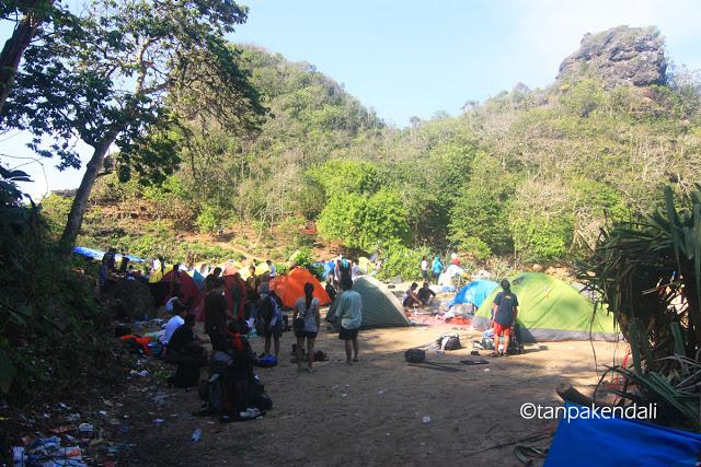 Dengan alasan apapun, kalian jangan sampe datang ke Cagar Alam Pulau Sempu! (foto minjem dari www.tanpakendali.com)