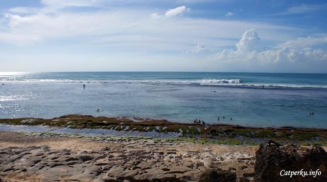 Asiknya, ketika surut Pantai Bingin menjadi lebih ramah untuk para perenang juga. Ombak besar terpecah agak ketengah.