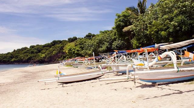 Ada nelayan yang tinggal di sekitar pantai, jadinya ada banyak perahu nelayan yang sengaha di parkir di Virgin beach yang ada di Kabupaten Karangasem ini.