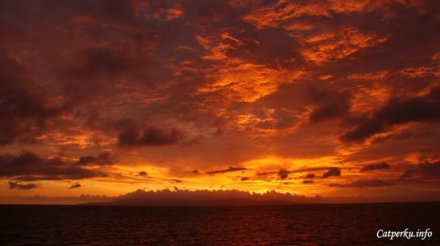 Pemandangan matahari terbenam yang saya suka adalah ketika langit begitu merah menyala - nyala. Seperti pemandangan matahari terbenam yang satu ini, adalah pemandangan Pulau Nusa Penida dengan latar belakang Matahari yang sedang menuju peraduan.