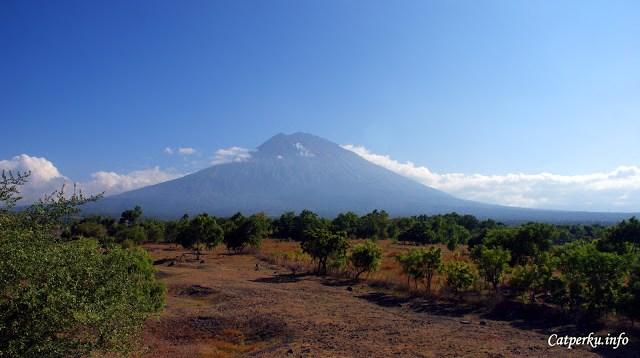 Gunung Agung yang merupakan gunung tertinggi di Bali bisa terlihat dengan jelas dari pesisir timur. Seperti yang satu ini, saya selangkah lebih dekat dengannya. Saya mengambil foto ini dari daerah Tulamben.