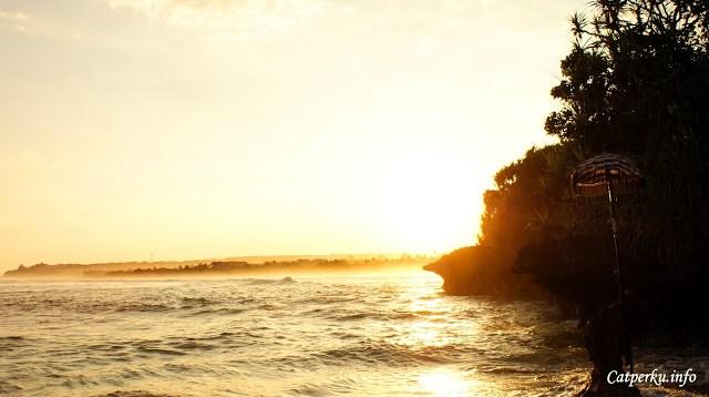 Di Nusa Dua sebenarnya jarang sekali bisa mendapatkan pemandangan matahari terbenam yang cantik. Tapi kali ini saya mendapatkan keberuntungan. Saya mendapatkan kesempatan untuk menyaksikan pemandangan matahari terbenam berwarna keemasan di Nusa Dua, Bali.