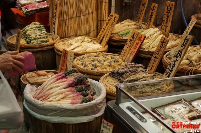 Memang tidak ada yang lebih menyenangkan kecuali jalan - jalan siang di Nishiki Market ketika di Kyoto :D