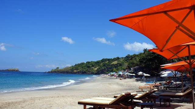 Jangan lupa juga, di Bali masih ada bule - bule berjemur yang cuma pake bikini #eh