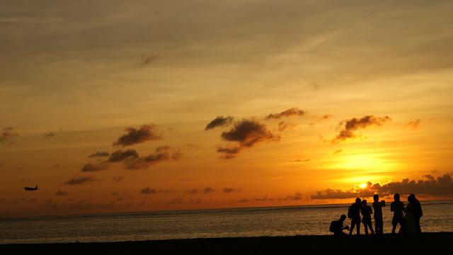 Karena Pantai Segara lebih sepi, dan terbebas dari serangan turis, kadang ada foto pre wedding juga disini. Kebanyakan yang datang ke pantai ini adalah penduduk lokal, atau wisatawan yang menginap di hotel berbintang yang ada di dekat pantai.