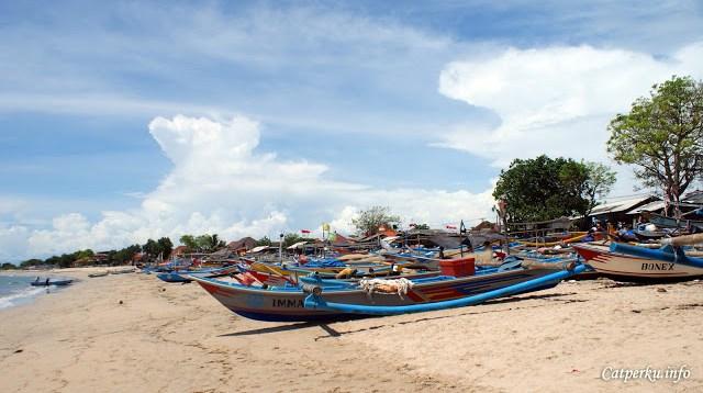 Pada salah satu sudut pantai, terlihat banyak perahu nelayan setempat sedang berlabuh.