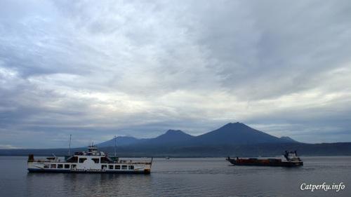"""Kapal - kapal fery inilah yang mengantarkan saya untuk menyeberangi Laut Bali menuju Pulau Jawa. Tagline mereka, """"We Serve Indonesia!"""""""