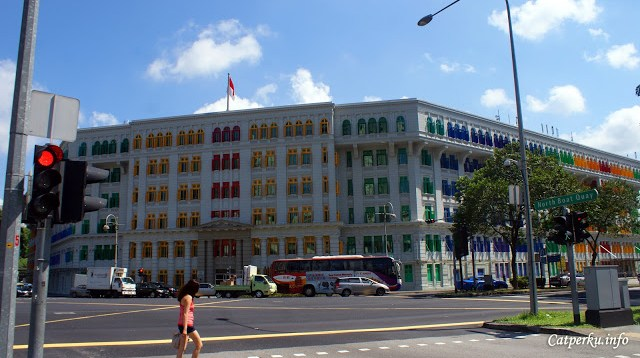 Gedung dengan jendela berwarna warni di dekat jalan North Boat Quay