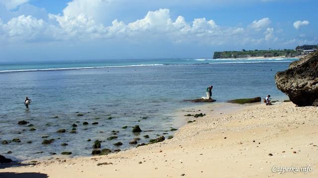 Kalau beruntung mungkin bisa bertemu dengan orang yang mencari ikan di dekat Pantai Bingin Beach Bali.