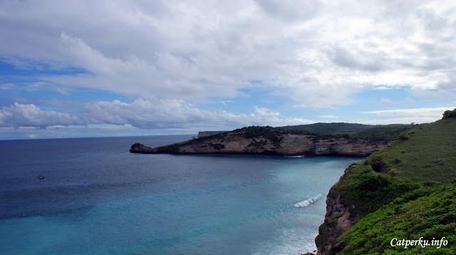 Di sini ada pantainya juga sih sebenarnya. Tapi lokasinya ada di bawah tebing banget, jadi tidak bisa dicapai tanpa menuruni tebing dulu.