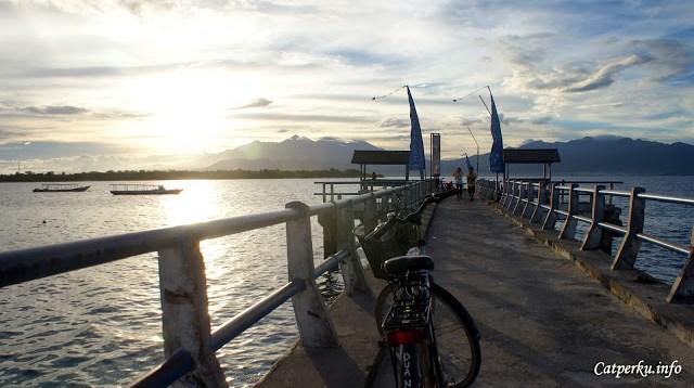 Bisa juga menyewa sepeda untuk berkeliling pulau.