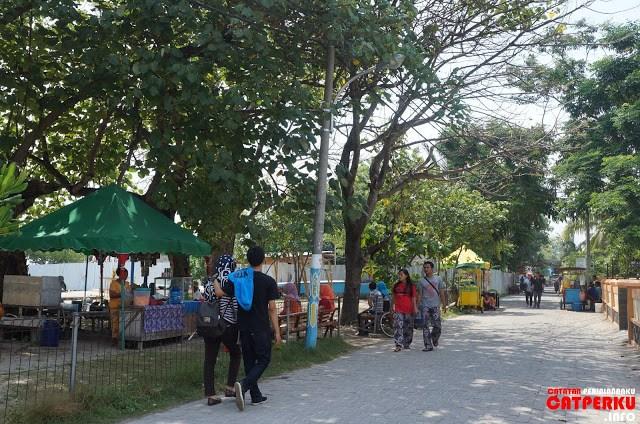 Jalanan utama Pulau Untung Jawa sudah berupa paving block, jadi asik sekali jika berkeliling pulau ini dengan berjalan kaki.