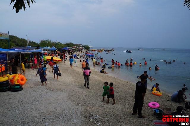 Sementara di sisi lain Pulau Untung Jawa seramai ini! Saya kesana waktu liburan sih, jadi ya pasti ramai seperti ini. Sesekali melihat keramaian boleh kan?