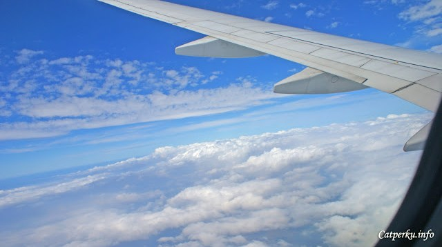 Pesawat mulai berbelok, mengarah ke Bandar Udara Ngurah Rai di Bali.