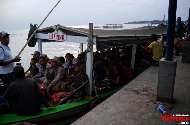 Sayangnya transportasi menuju Pulau Untung Jawa ini agak kurang aman dan nyaman menurut saya. Lihat deh, ukuran kapalnya seberapa, yang naik berapa banyak?