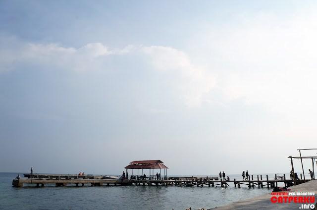 Nongkrong di dermaga yang ada di Pulau Untung Jawa juga kelihatan asik deh :D