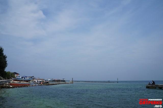 Di sebuah sisi pulau ada juga dermaga yang digunakan untuk bersandar perahu nelayan sekitar sini.