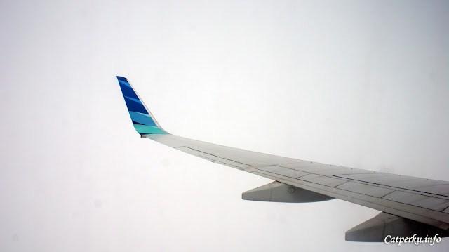 Sekarang benar - benar lagi berada didalam awan, pesawat yang saya tumpangi mulai sedikit bergoyang. *nabrakin awan*