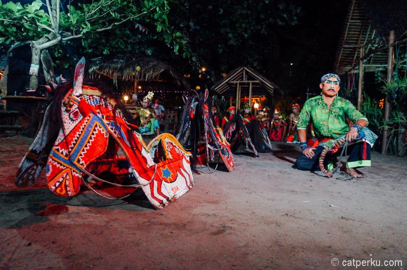 Pertunjukan Kuda Lumping di Pangandaran ini gak memakai kuda beneran, tetapi dari kuda yang terbuat dari Bambu