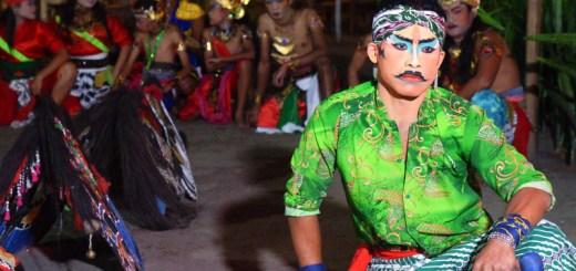 Seorang penari Kuda Lumping dengan make up tebal